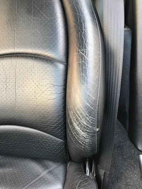 [車のシート] ポルシェ911の運転席、助手席シートスレ傷補修です